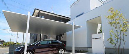 住宅外観に調和するマットなアルミカーポート。